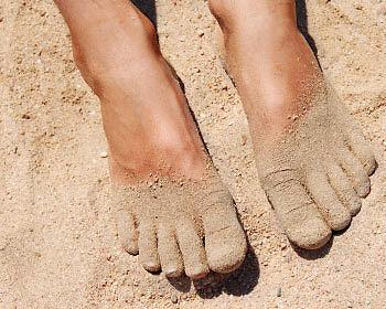 Füße im warmen Sand vergraben – ein herrliches Gefühl! (Copyright: Thinkstock/ über The Digitale)