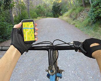 Schon praktisch, so ein Smartphone-Navi – noch praktischer mit Handytasche. (Copyright: Thinkstock/ über The Digitale)