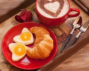 Der perfekte Start in den Tag: liebevoll dekoriertes Frühstück. (Copyright: Thinkstock/ über The Digitale)