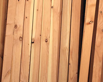 Kanthölzer lässt man am besten im Baumarkt zuschneiden. (Copyright: The Digitale)