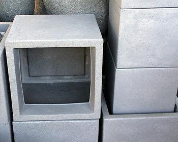 Pflanzsteine geben der Theke ein modernes Design und bieten praktische Stauflächen. (Copyright: The Digitale)