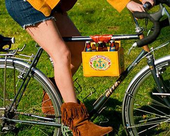 Lässiger wurde ein Sixpack Bier nie transportiert! (Copyright: Erin Berzel Photography)