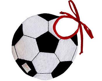 Für Babys und Fans mit Kleckerneigung: das Fußball-Lätzchen. (Copyright: Zigozago)