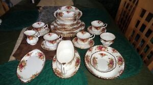 Royal Albert Old Country Roses 4 Place setting 32 items.Dinner P
