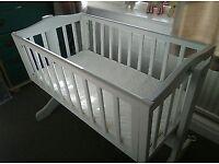 Swinging baby crib in white