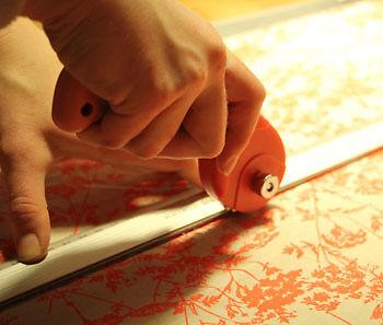 Spezielle Stoff-Cutter erlauben einen besonders akkuraten Schnitt. (Copyright: Sina Huth)