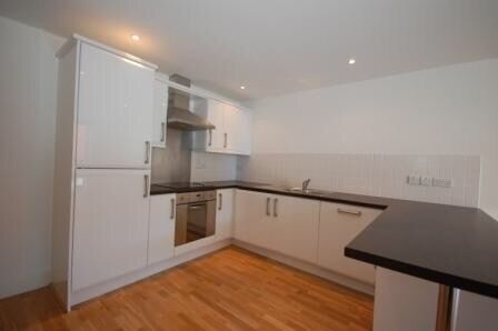 Modern studio apartment to let. Close to train station and local amenities. Would suit professional