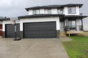 CUSTOM Mundare Home,TRIPLE Attached Garage,Walk to GOLF COURSE!!