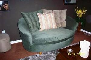 BEAUTIFUL MODERN LOVESEAT ....VERY COOL