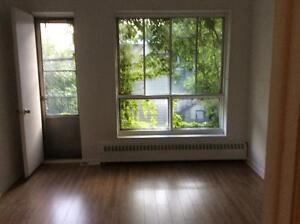 2 1/2 , centre plateau , une chambre fermée, balcon
