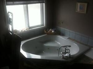 Ensemble de salle de bain gris, bain podium 60'X60' tourbillon