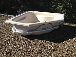 Spa bath complete with pump in very good condition Young Young Area Preview