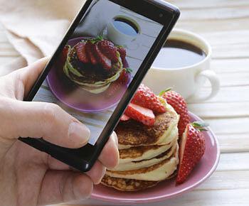 Schnell noch ein Foto vom Frühstück geschossen und ab auf den Blog damit. (Copyright: Thinkstock/ über The Digitale)