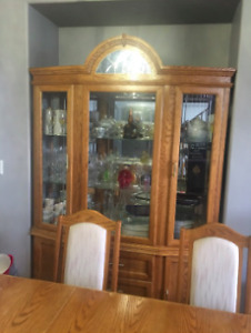 !REDUCED! Diningroom Table + 6 Chairs + Matching Buffet Hutch