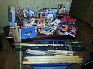Lot de KUNG FU (livres, épées, nunchakus, etc.)