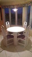 Table ronde avec panneau (rallonge) et 4 chaises en bois blanc