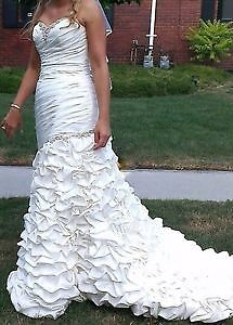 gorgeous and romantic french ruffled wedding gown with veil! Windsor Region Ontario image 1