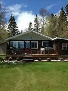 Lakefront Cottage with Hot Tub - 5 mins N of Gimli, MB