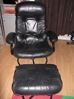 Recherché : 2 Chaises noires pivotantes en cuir avec Appui-pied