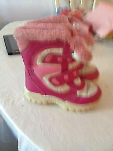 Girl's warm snow boots size 13. AVAILABLE