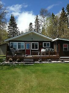 Lakefront Cottage for Rent with Hot Tub close to Gimli!