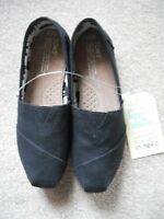 NEW Toms womens Canvas Classic Slip-ons (black) *size 9