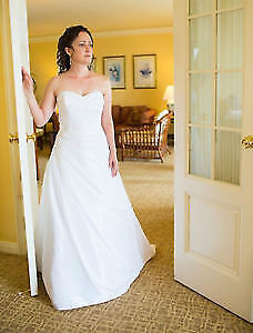Alfred Angelo White Wedding Dress size 6-7 - style # 2204