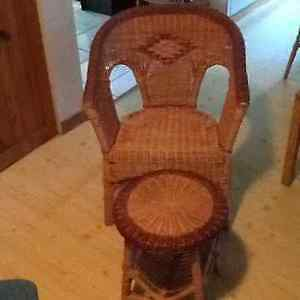 Superbe chaise en rotin / chair and small table or bench