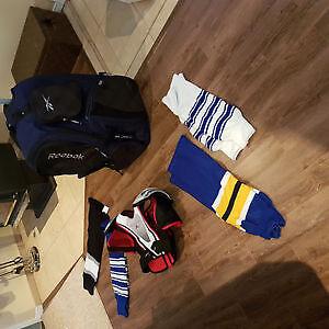 poche d'hockey, bas de pratique et épaulette à vendre