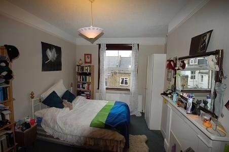 A spacious room with BILLS INCLUDED In a Victorian house in Linden Gdns just off Chiswick high road.