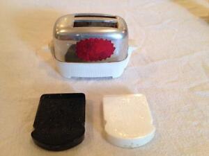 Toaster and toast salt & pepper shaker set Stratford Kitchener Area image 2