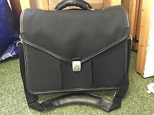 TARGUS PROFFESIONAL LAPTOP BRIEFCASE