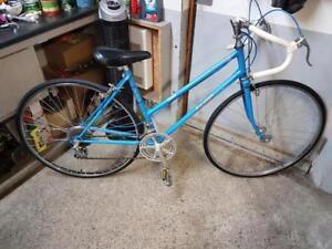Velo de course macadam bleu 10 vitesses roues 27po cadre 18.5po