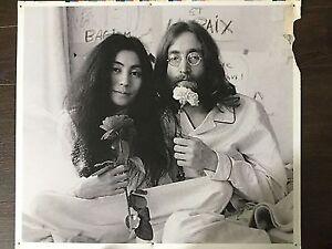 Affiche publicitaire en plastic de John Lennon et Yoko.
