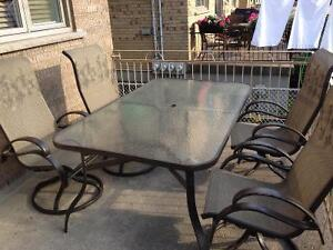 Patio Furiture with 4 chairs (turning swivel on bottom)