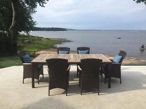 Très jolie table extérieure en bois traité avec 6 chaises