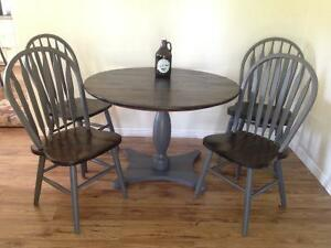 Beautiful solid oak table set with 4 matching chairs