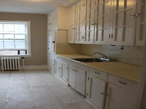 Minutes to Downtown!! 214 Queen ST South!! Kitchener / Waterloo Kitchener Area image 3