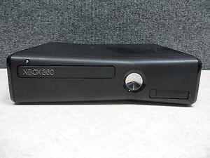 XBOX 360 slim - 3 manettes avec chargeur