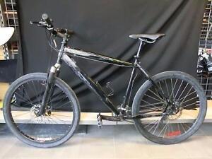 Vélo de montagne avec pneu slick de route (i007534)