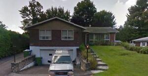 Maison à louer, sur 2 étages avec garage double.