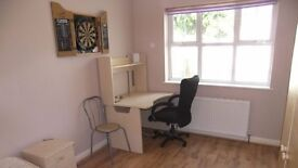 Superb large dbl room. All bills inc, cleaner and wifi. Central Camberley/Frimley Bus Pk