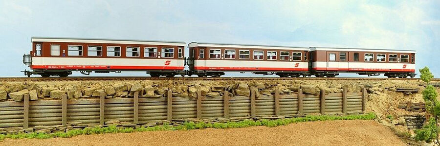 OO9/HOe Gauge Model Railroad Trains