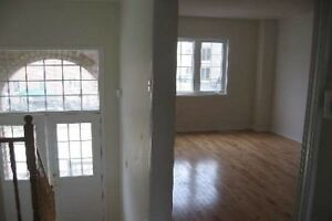 Upgraded 3 Bedrm Freehold Townhouse In Hurontario X5124176 MR05
