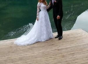 Barely worn wedding dress size 0-2 + veil!