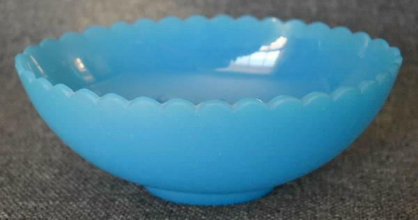 LOVELY ANTIQUE OPALINE GLASS SCALLOPED TOP VANITY PLANTER CATCHALL OR CANDY DISH