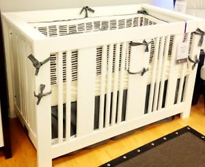 lit de bébé convertible  0-4 ans - fait au canada + matelas