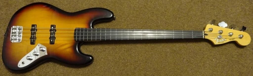 Squier (Fender branded) Vintage Modified (VM) Fretless Bass c/w Quality Branded Fender Gig Bag