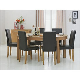 Woodbury Oval Extendable Table & 6 Black Chairs.