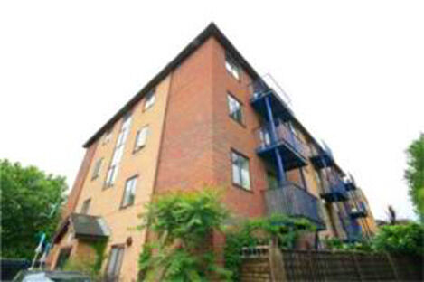 wonderful one double bedroom flat located on the first floor within walking distance of Borough